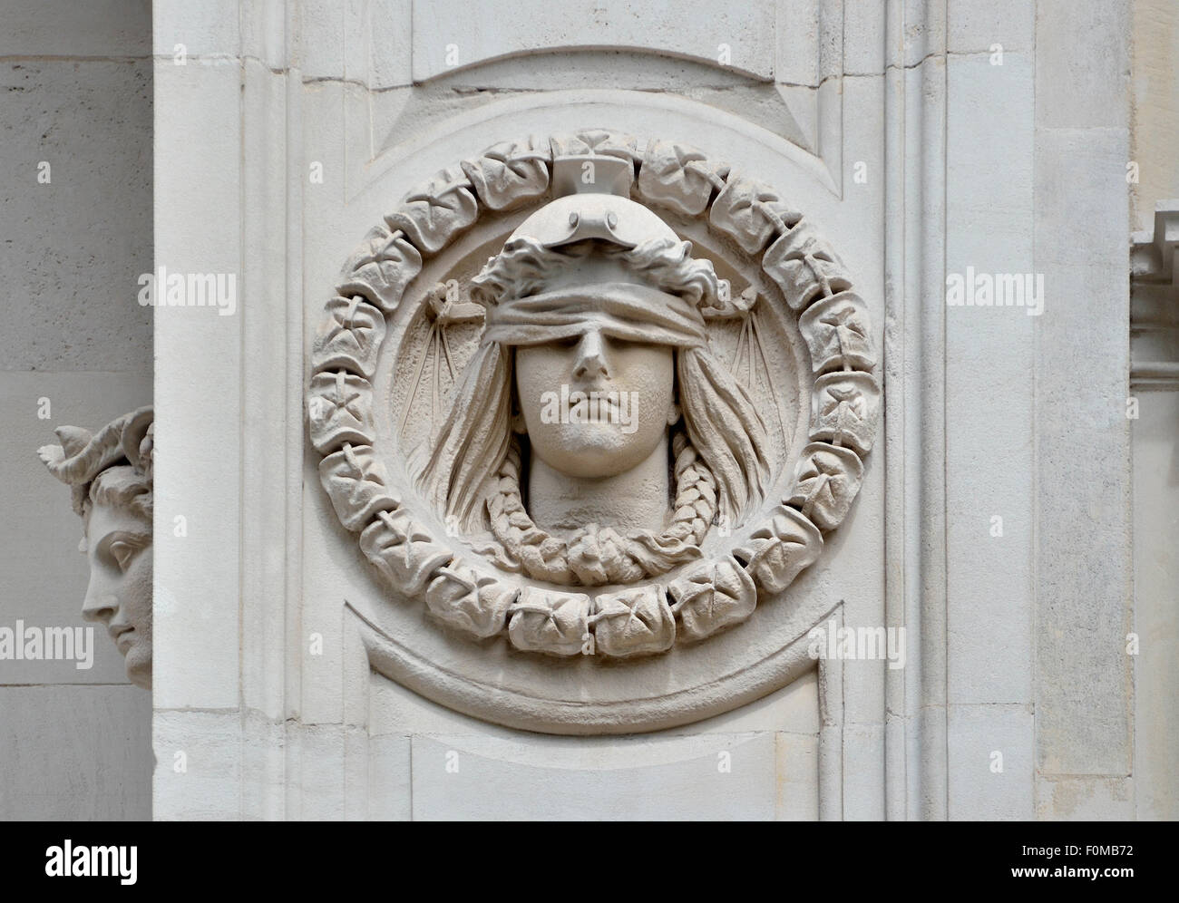 London, England, UK. Entrance to the Temple area seen from the embankment - Blind Justice - Stock Image