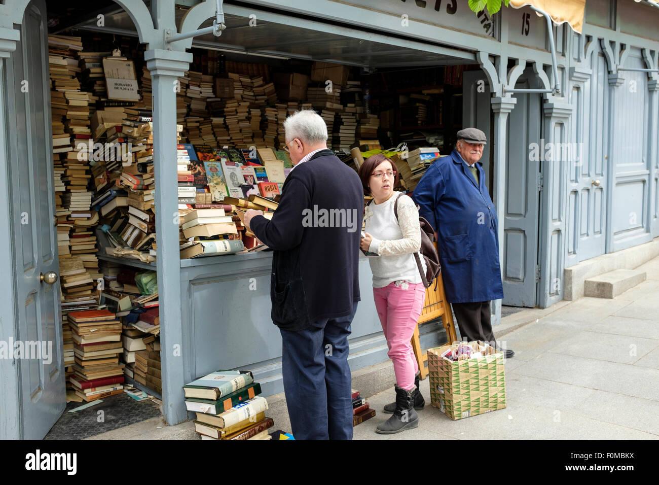 Customers browsing at the Cuesta de Moyano, Book Fair, in Madrid Spain. - Stock Image