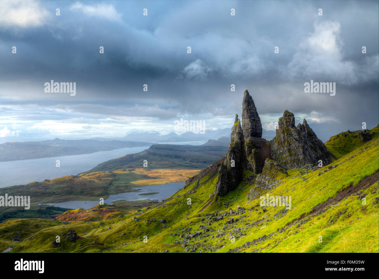 The Old Man of Storr rocks on Trotternish ridge on northern Skye island showing the Loch Leathan lake, the Inner - Stock Image