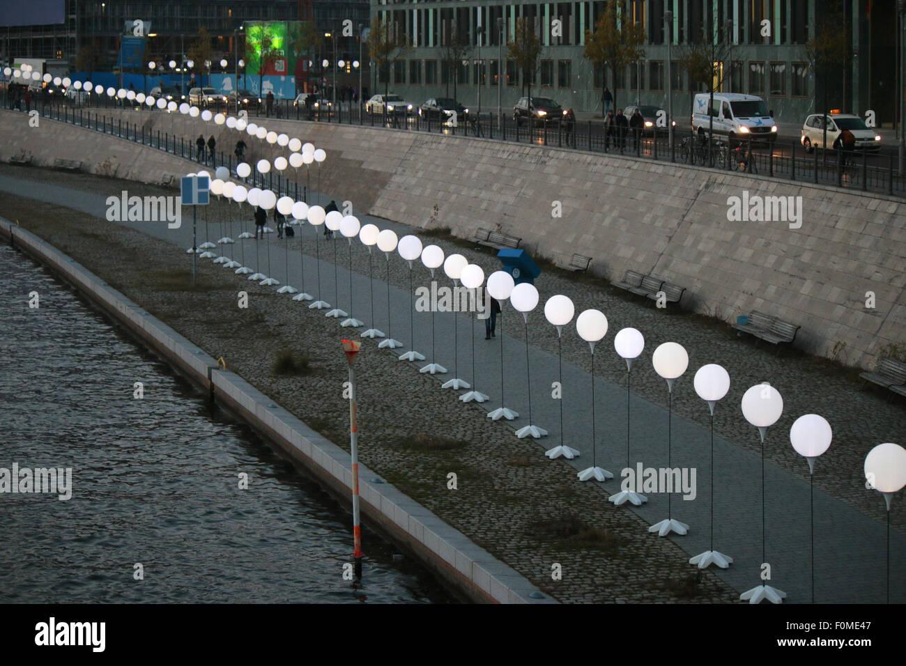aufgestellte Ballons fuer die Licht-Installation 'Lichtgrenze' vor dem 25 jaehrigen Jubilaeum des Mauerfalls, - Stock Image