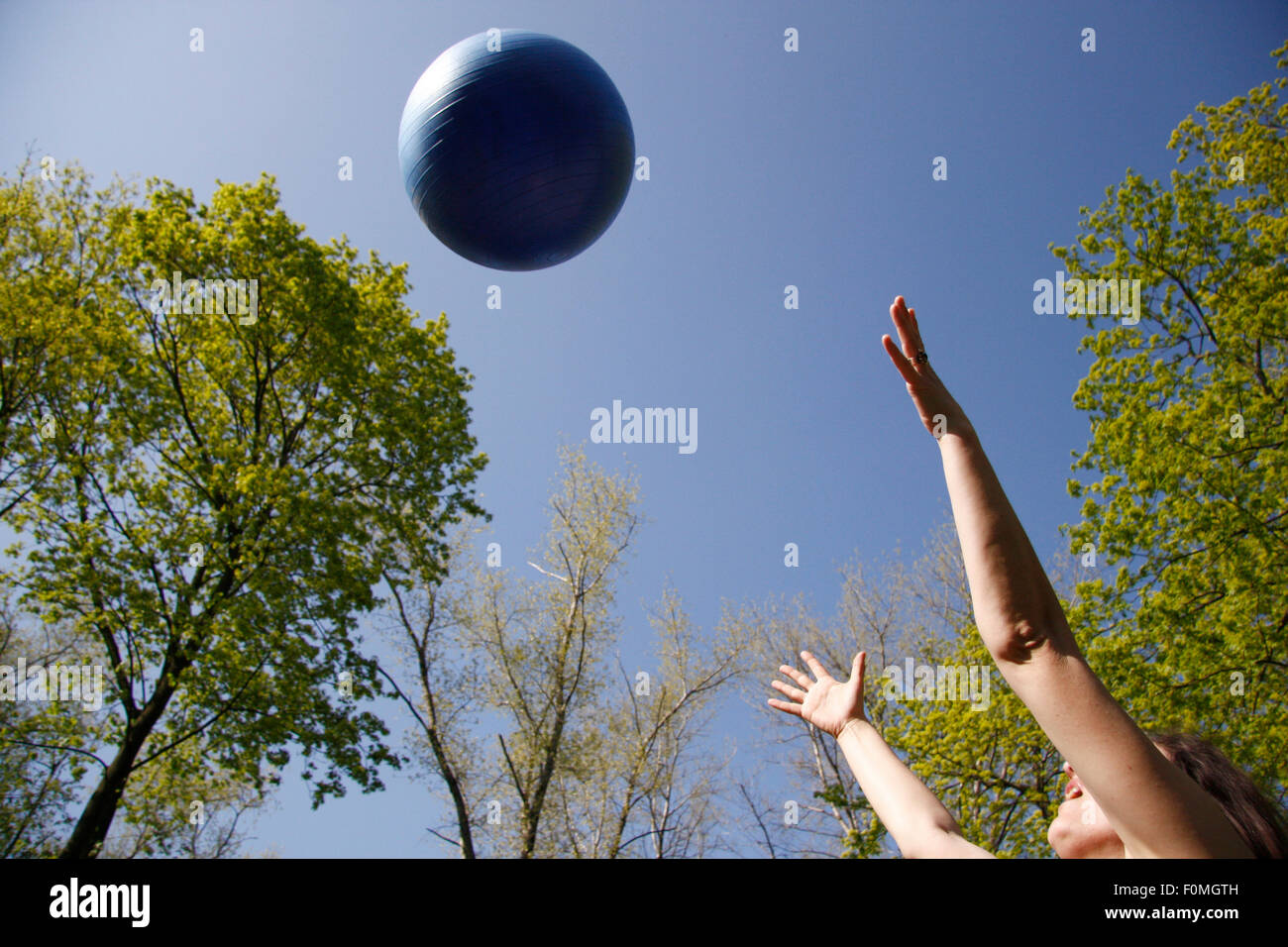 in Himmel geworfener Ball. - Stock Image