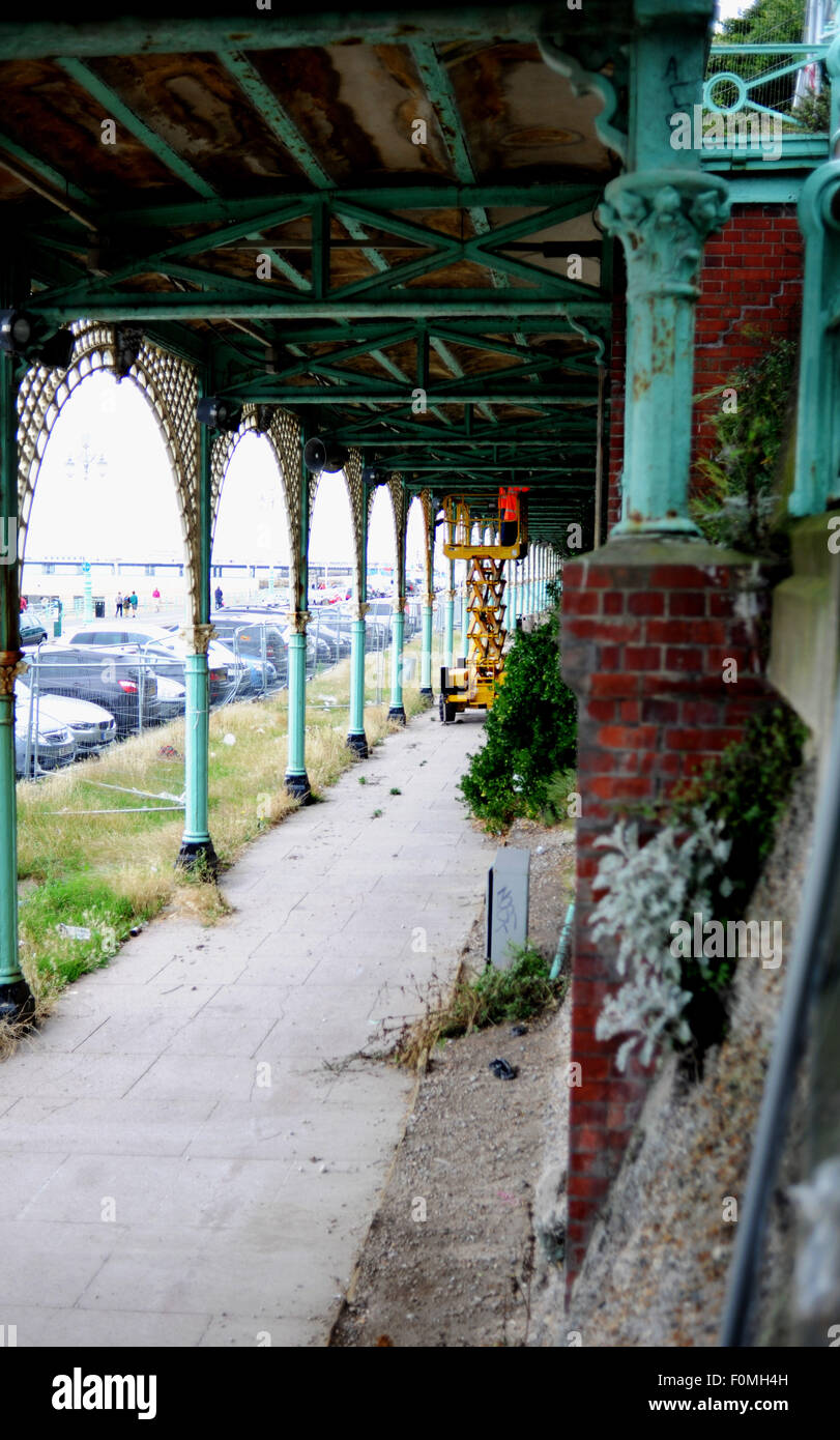 Brighton, UK. 18th August, 2015. Engineers take a look at the seafront arches along Madeira Drive which have been - Stock Image