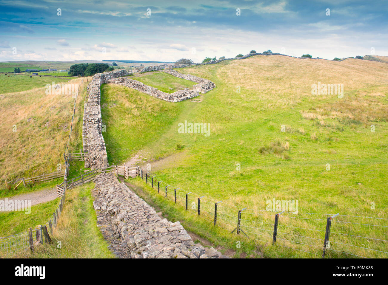 Hadrian's Wall with Housesteads fort in distance, Cumbria, England - Stock Image