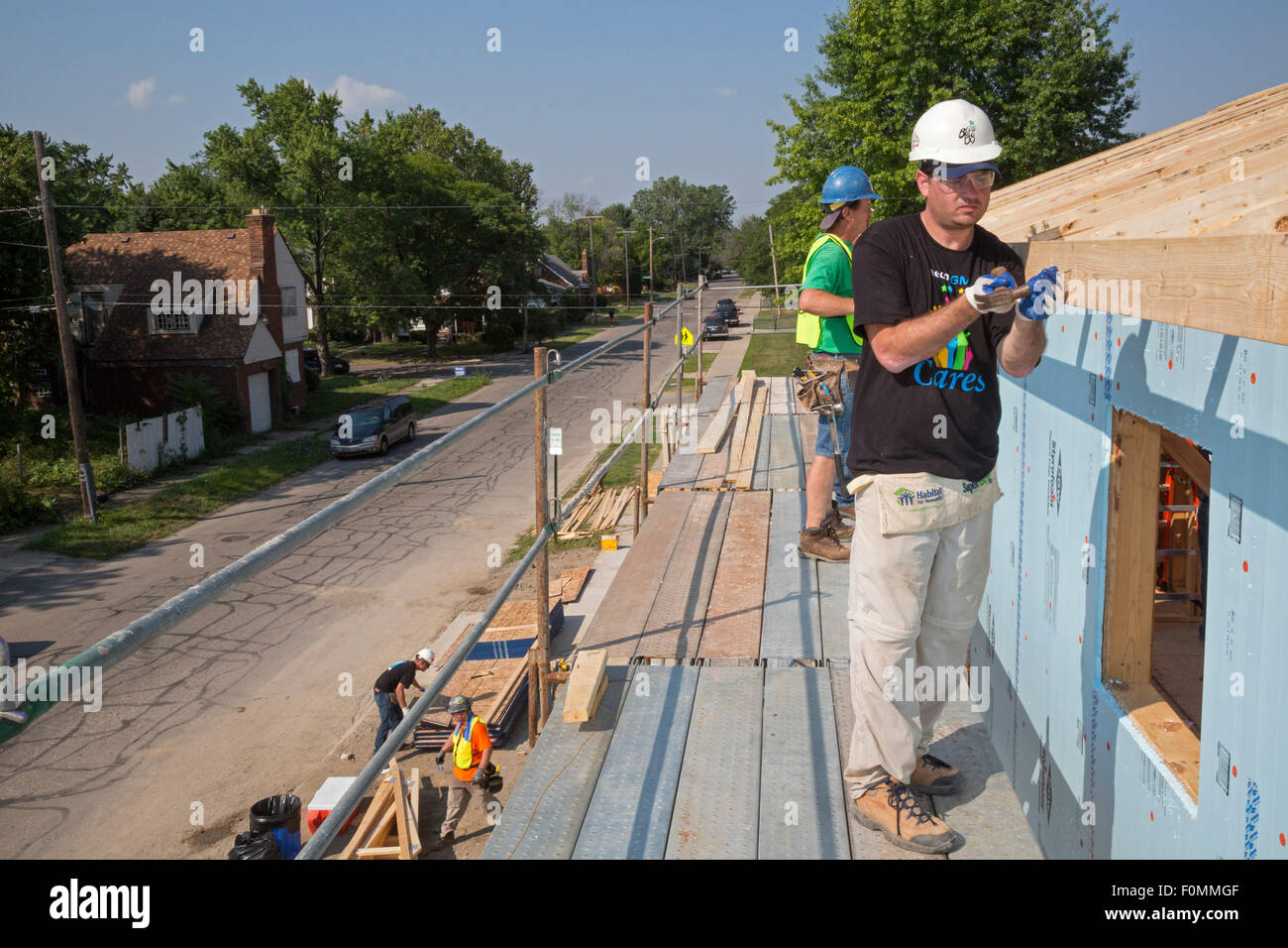 Detroit, Michigan - Habitat for Humanity volunteers build a house for a low-income family. - Stock Image