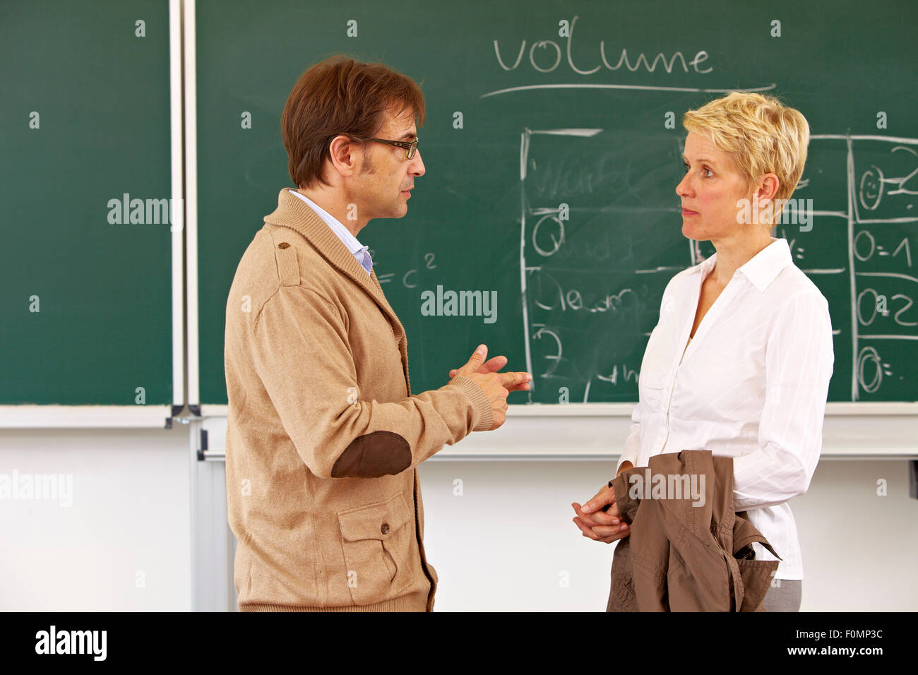 Mother in conversation with teacher - Stock Image