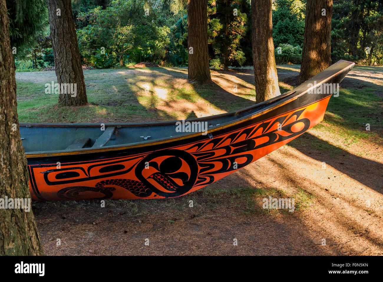 Fiberglass cast of Bill Reid's Black Eagle Canoe, Lootaas, VanDusen Gardens, Vancouver, British Columbia, Canada - Stock Image