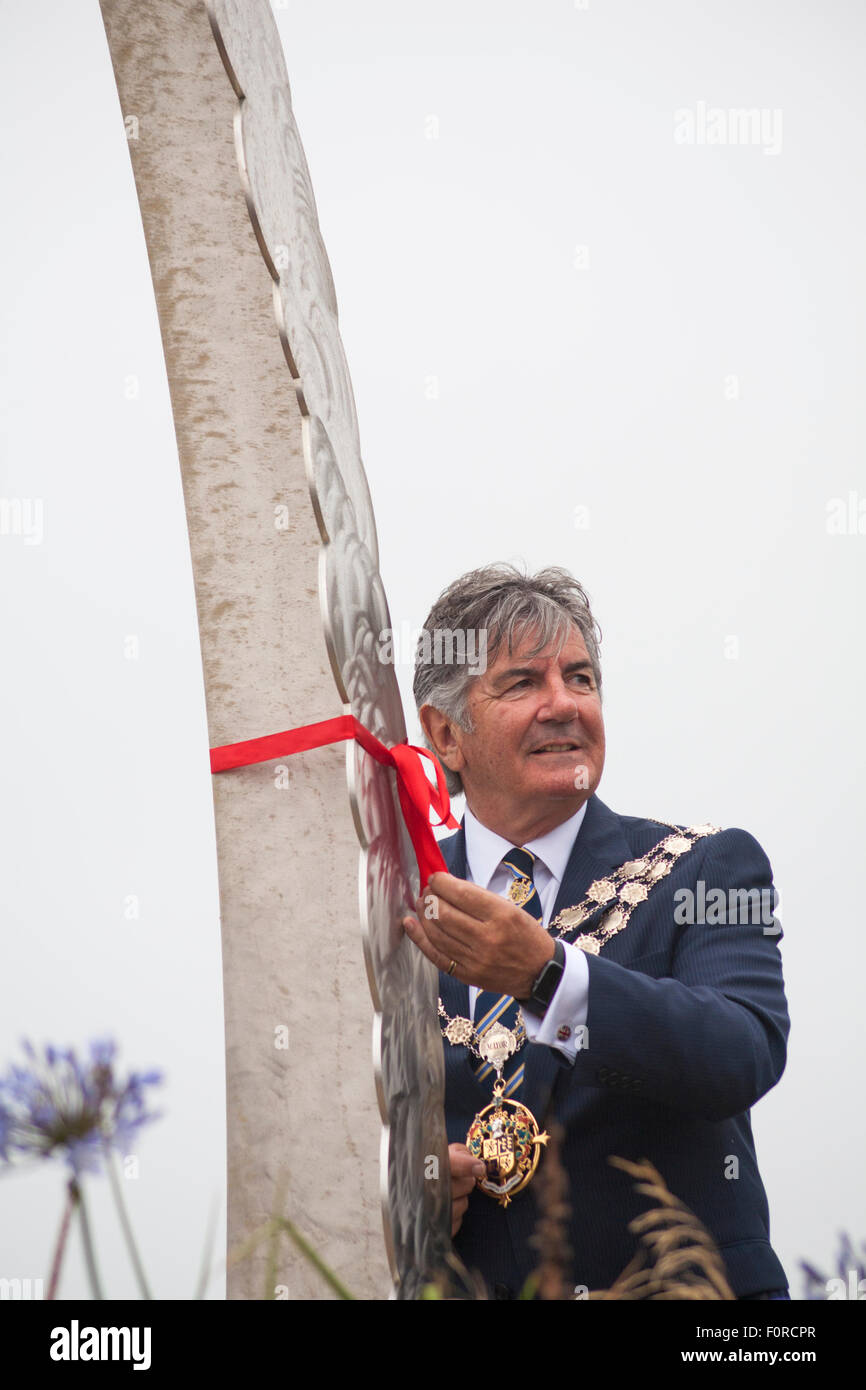 Bournemouth, UK. 20 August 2015. The Mayor of Bournemouth Cllr John Adams ties a red ribbon around the memorial - Stock Image