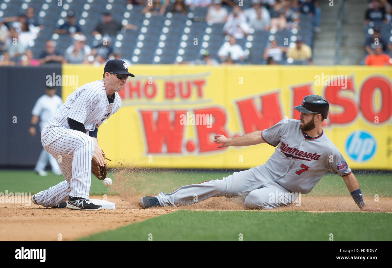 New York, New York, USA. 15th Jan, 2014. Twins' JOE MAUER slides into second on a wild pitch in the 8th inning, - Stock Image