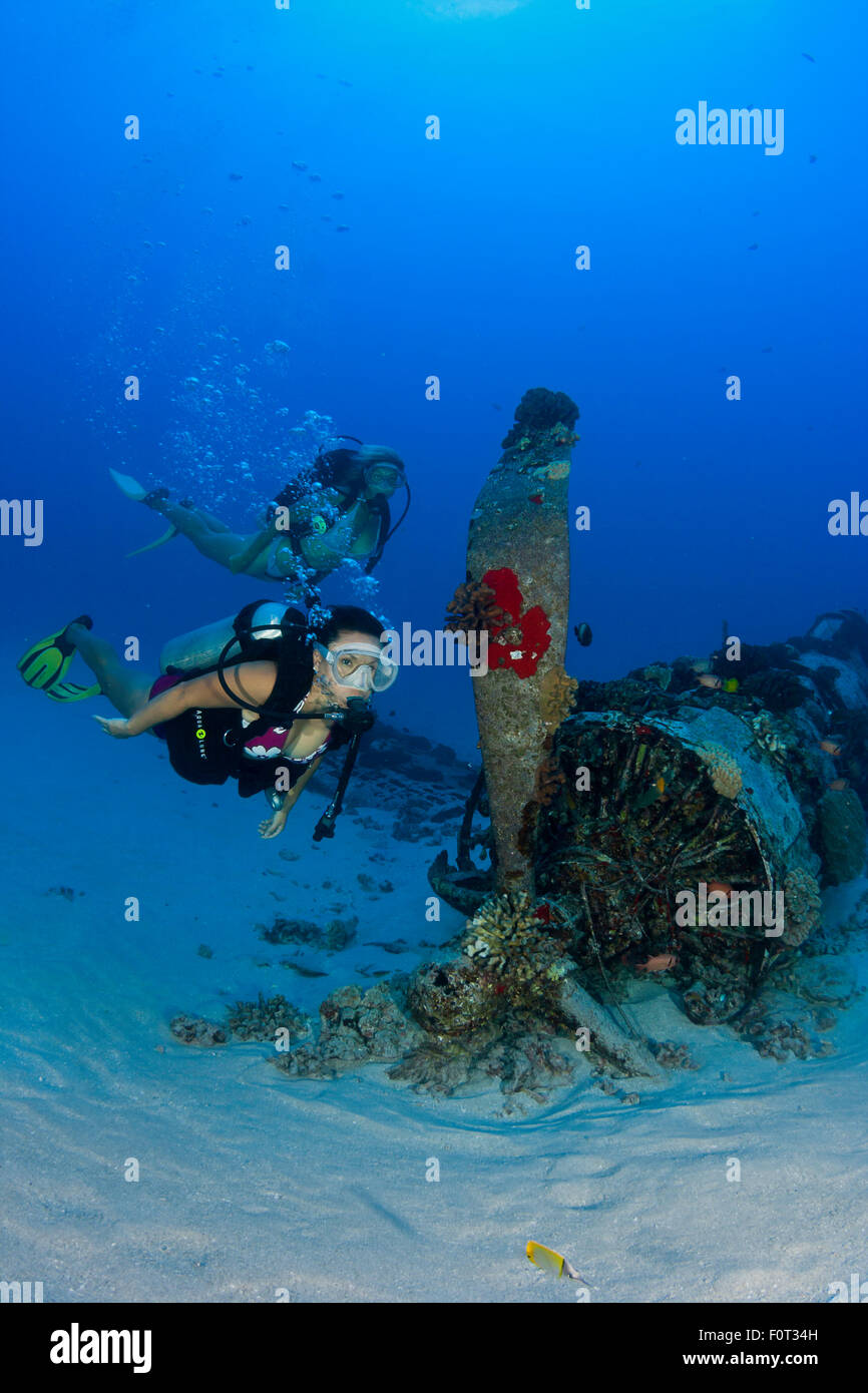 Divers (MR) on a WW II Corsair fighter plane off South-East Oahu, Hawaii. - Stock Image
