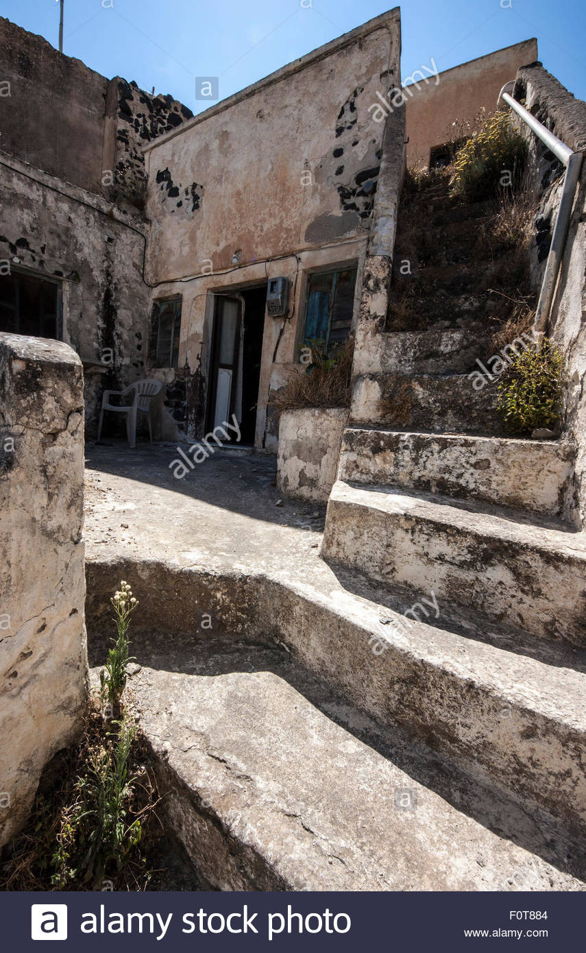 Abandoned house in Megalochori, Santorini - Stock Image