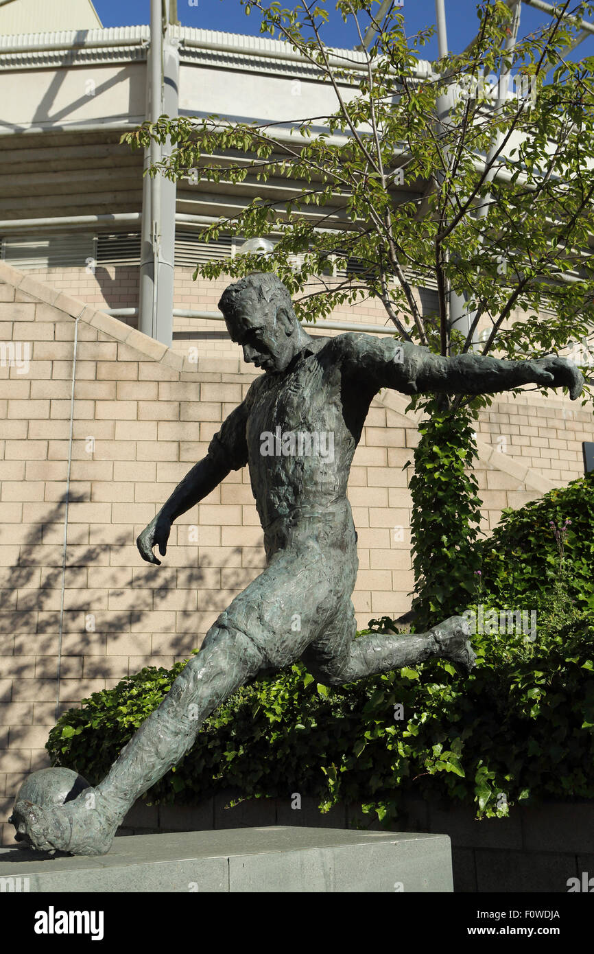 Statue of the footballer Jackie Milburn outside of St James' Park in Newcastle-upon-Tyne, England. - Stock Image