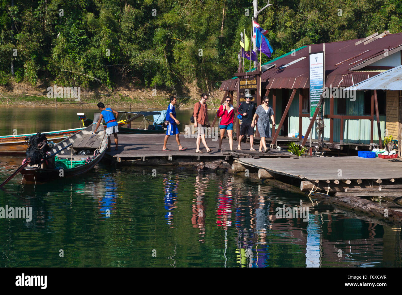 Guests arrive at TAM GIA RAFT HOUSE on CHEOW EN LAKE in KHAO SOK NATIONAL PARK - THAILAND - Stock Image