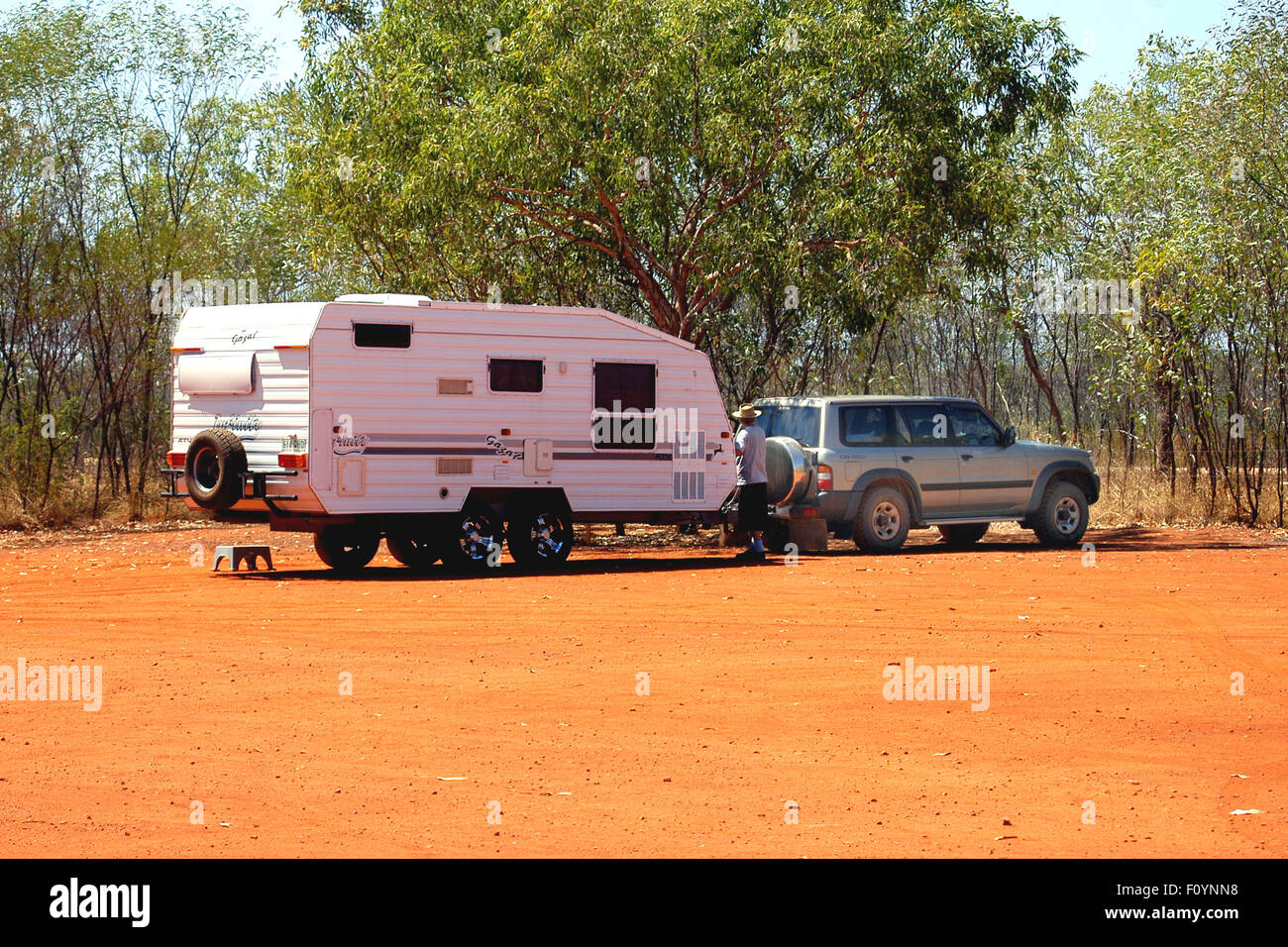 FOUR-WHEEL DRIVE AND CARAVAN, ROAD STOP IN OUTBACK WESTERN AUSTRALIA - Stock Image