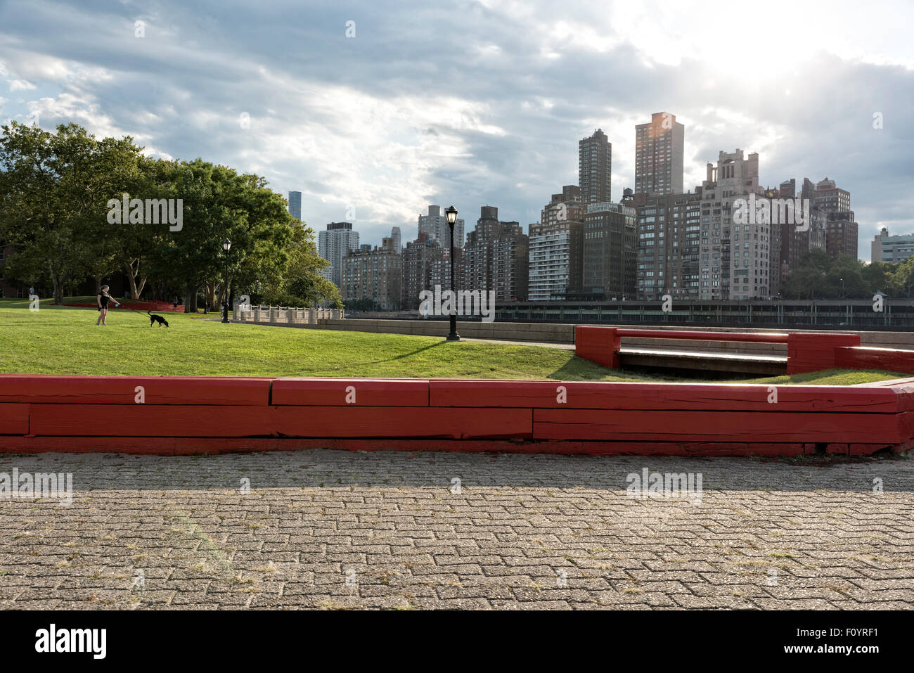 Looking at the East River Skyline of Manhattan, New York City, from Roosevelt Island Lighthouse Park. - Stock Image