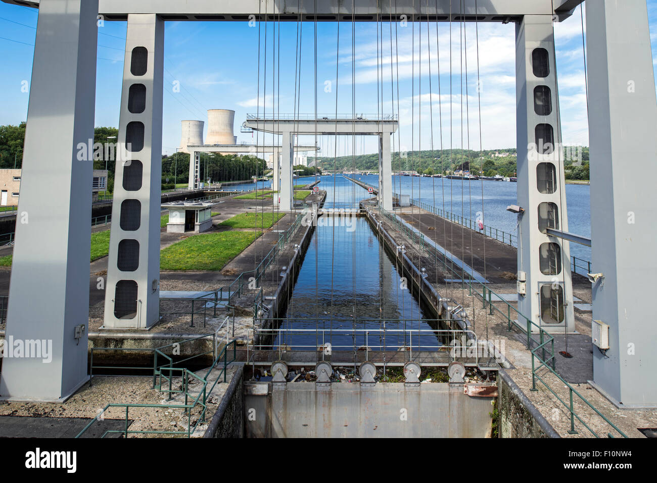 Closed sluice gate at the écluse de Tihange, lock on the Meuse River at Huy / Hoei, Liège / Luik, Belgium - Stock Image