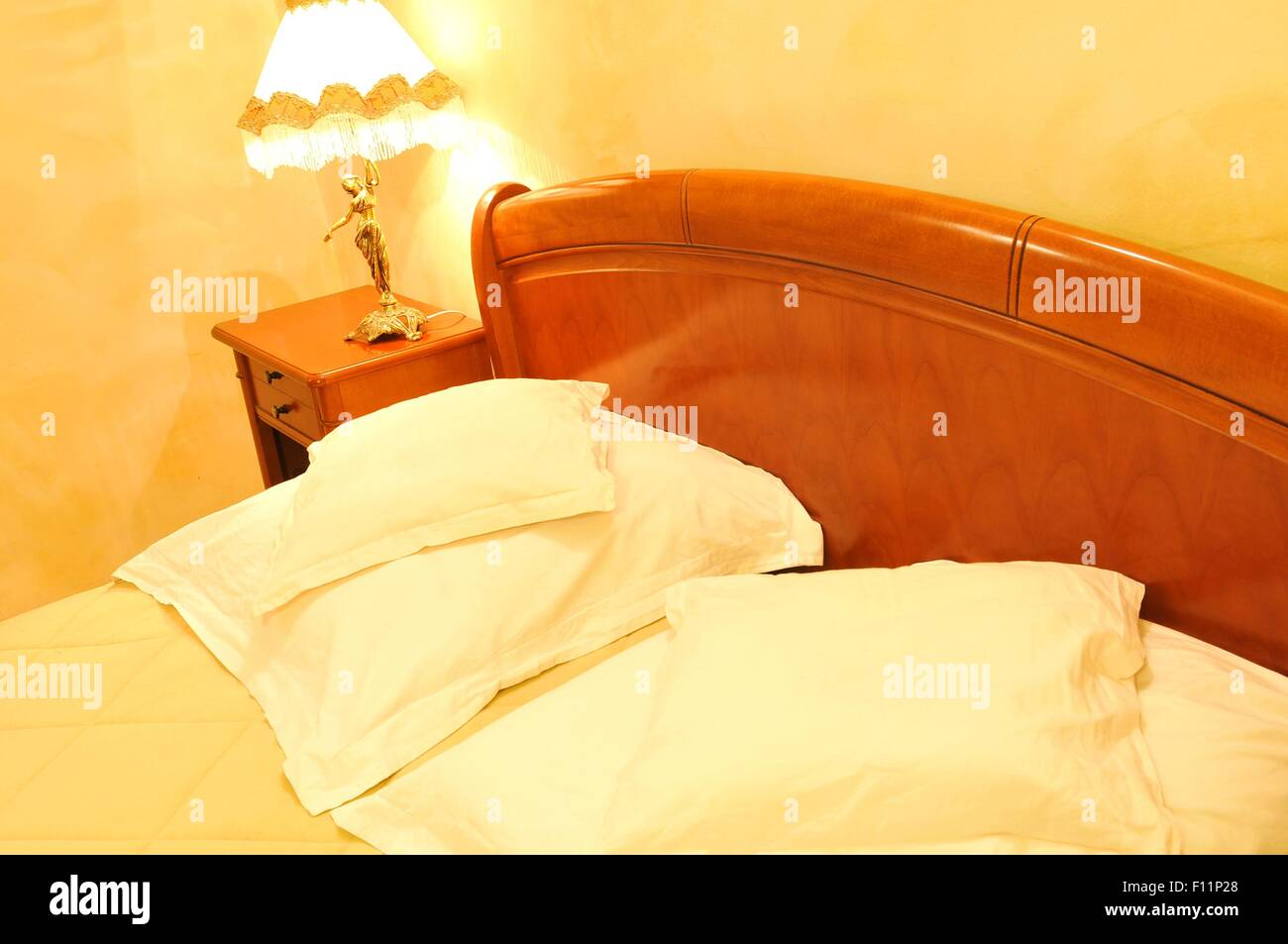 Vintage hotel detail with lampshade by the bed - Stock Image