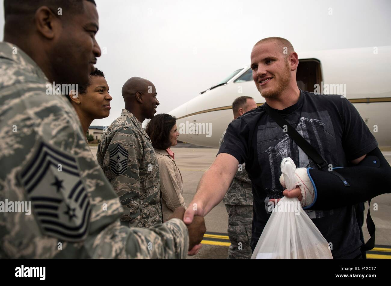 Paris, France. 24th Aug, 2015. U.S. Airman 1st Class Spencer Stone is welcomed by Chief Master Sgt. Phillip Easton, - Stock Image