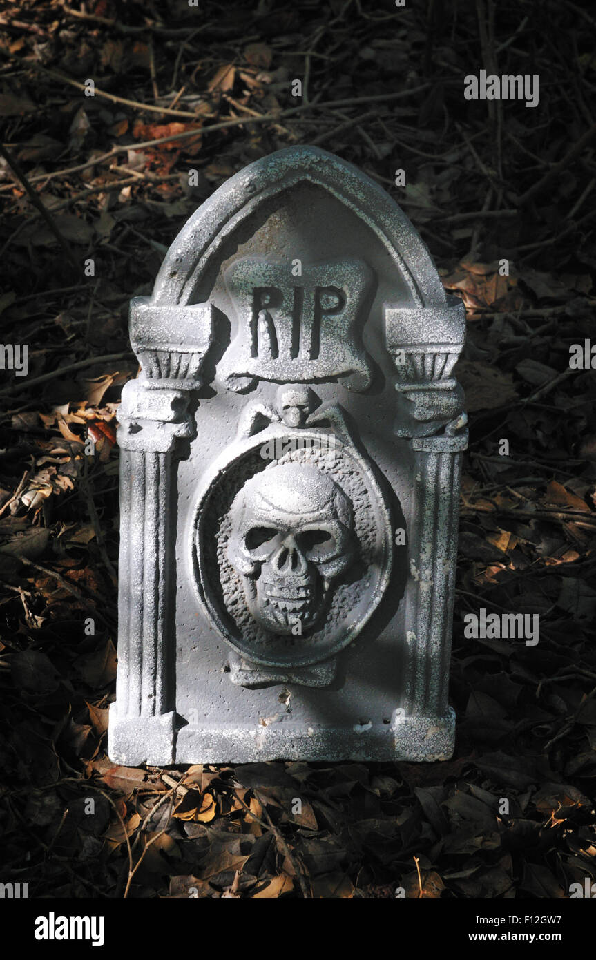 Gravestone with two skulls - Stock Image