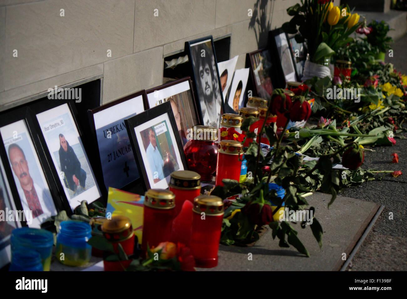 Bilder der am Maidan Platz in Kiew getoeteten Demonstranten an der ukrainischen Botschaft, 1. Maerz 2014, Berlin - Stock Image
