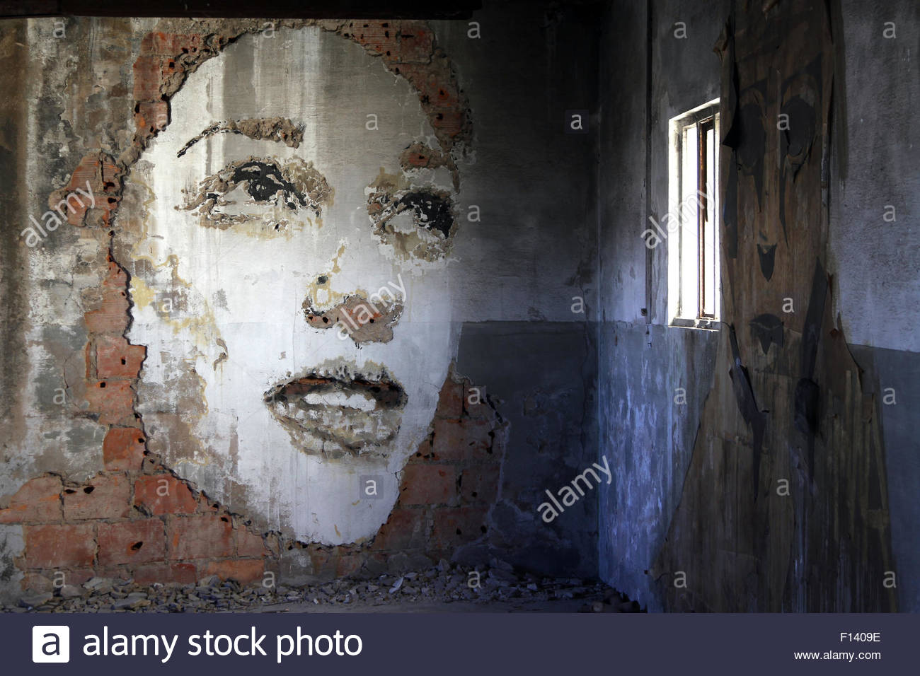 Porto, Portugal. 20th Aug, 2015. Graffiti on the walls of an abandoned hat factory which is now given over to graffiti - Stock Image