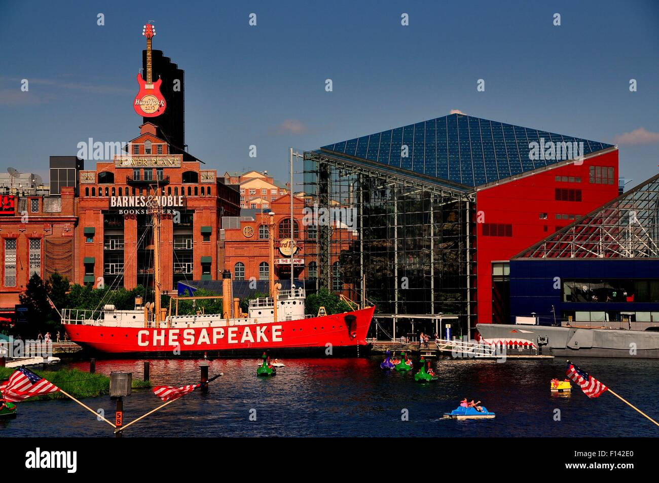 Baltimore, Maryland:  Lightship Chesapeake moored in front of the Power Plant commercial complex and National Aquarium - Stock Image