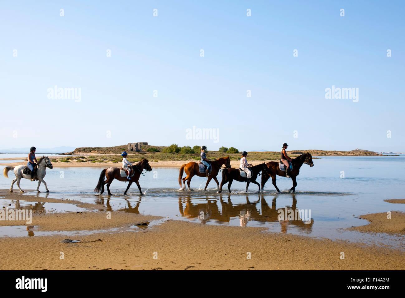 Griechenland, Kykladen, Naxos, Reiter am Strand bei Agios Prokopios. Veranstalter der Reitausflüge Iris Neubauer. Stock Photo