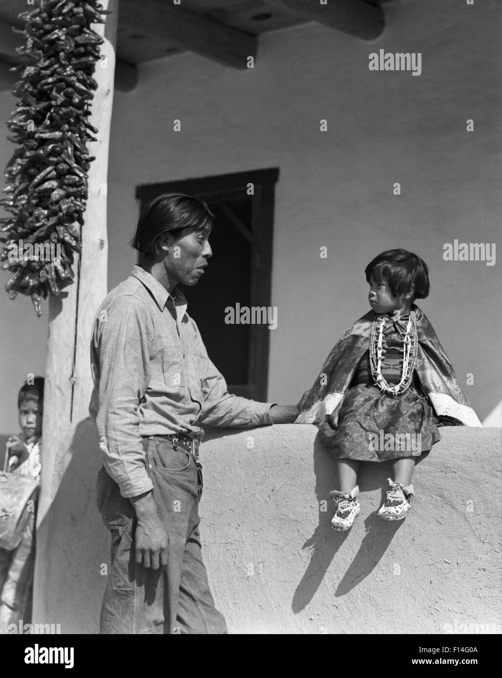 1930s NATIVE AMERICAN INDIAN MAN FATHER WITH HIS TWO CHILDREN GIRL AND BOY SAN ILDEFONSO PUEBLO NEW MEXICO USA - Stock Image