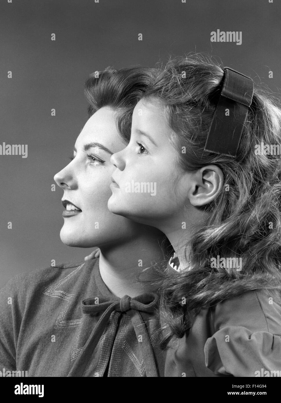 1950s 1960s PROFILE PORTRAIT WOMAN GIRL MOTHER DAUGHER - Stock Image