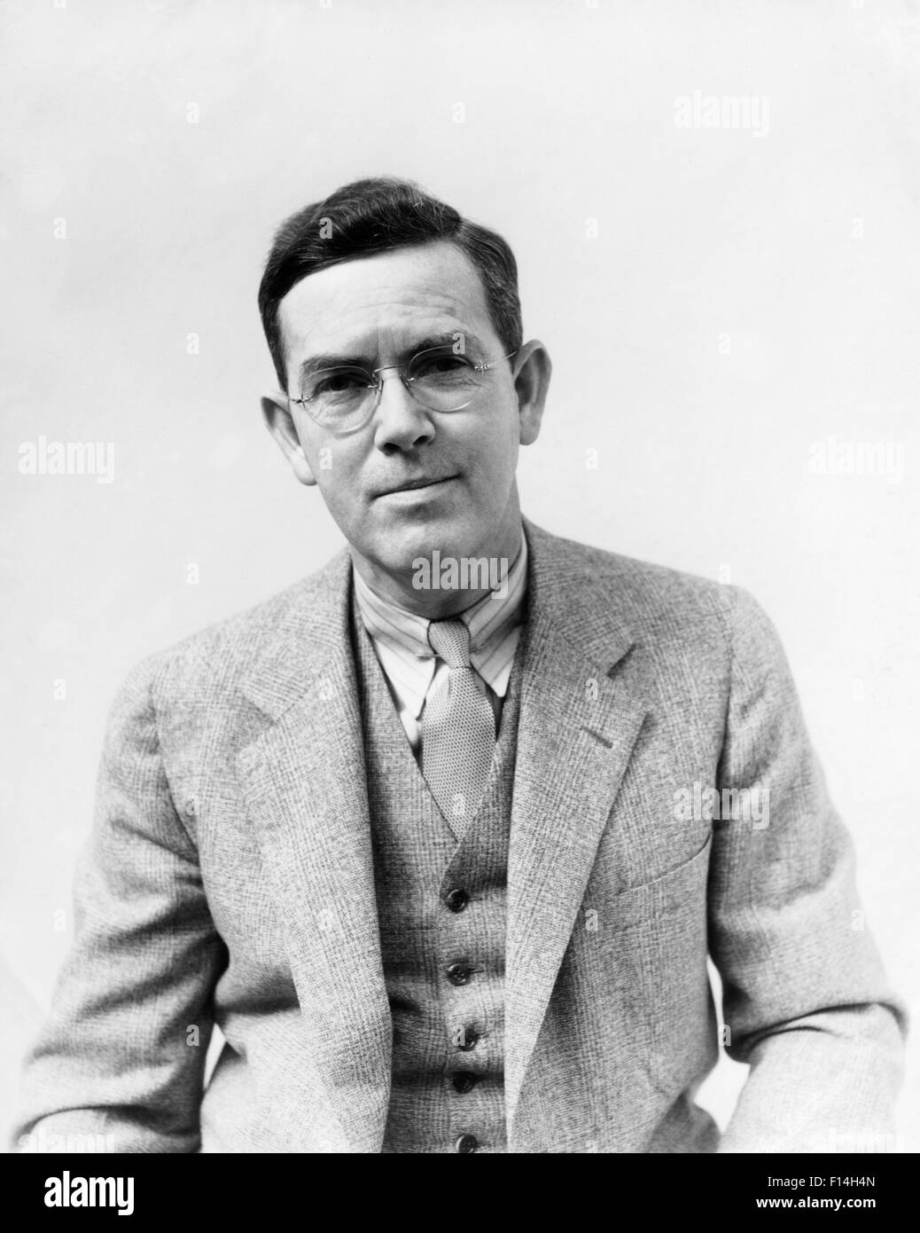 1930s PORTRAIT MAN PHOTOGRAPHER H. ARMSTRONG ROBERTS WEARING GLASSES SUIT VEST TIE LOOKING AT CAMERA - Stock Image