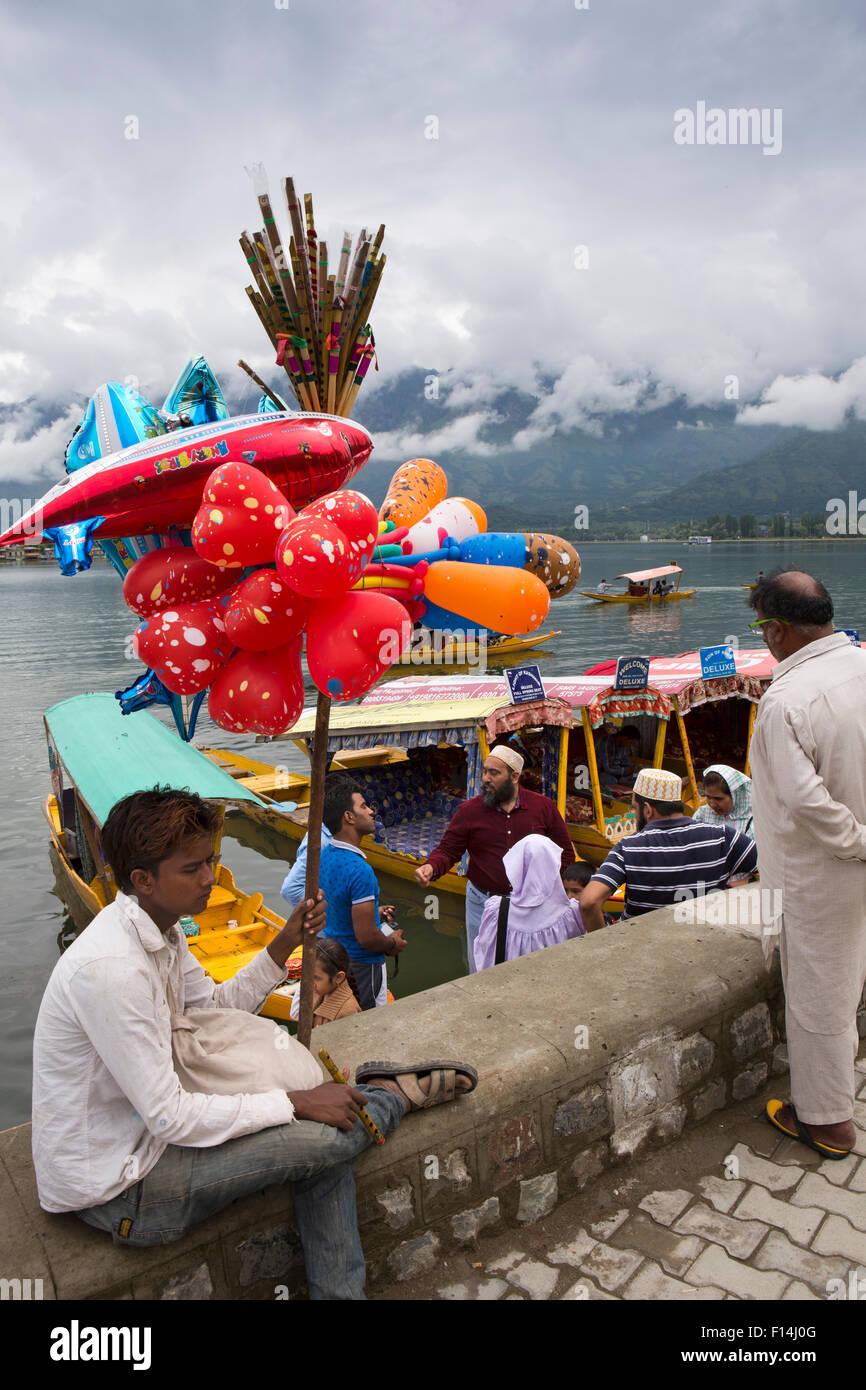 India, Jammu & Kashmir, Srinagar, baloon seller at shikara taxi boat ghat on Dal Lake - Stock Image
