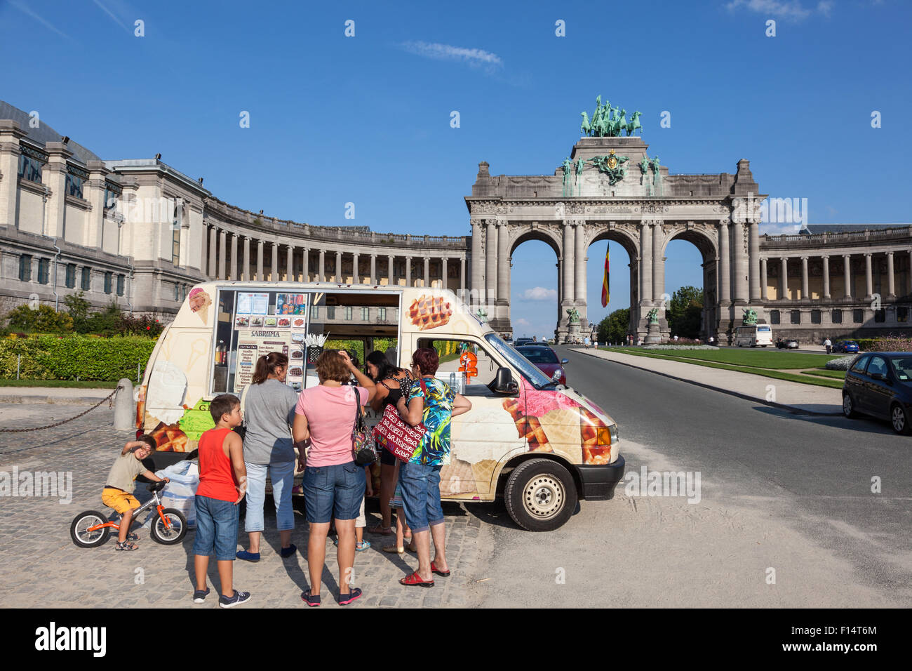 Tourists queue for ice cream at the Arcade du Cinquantenaire in Brussels. August 21, 2015 in Brussels, Belgium Stock Photo
