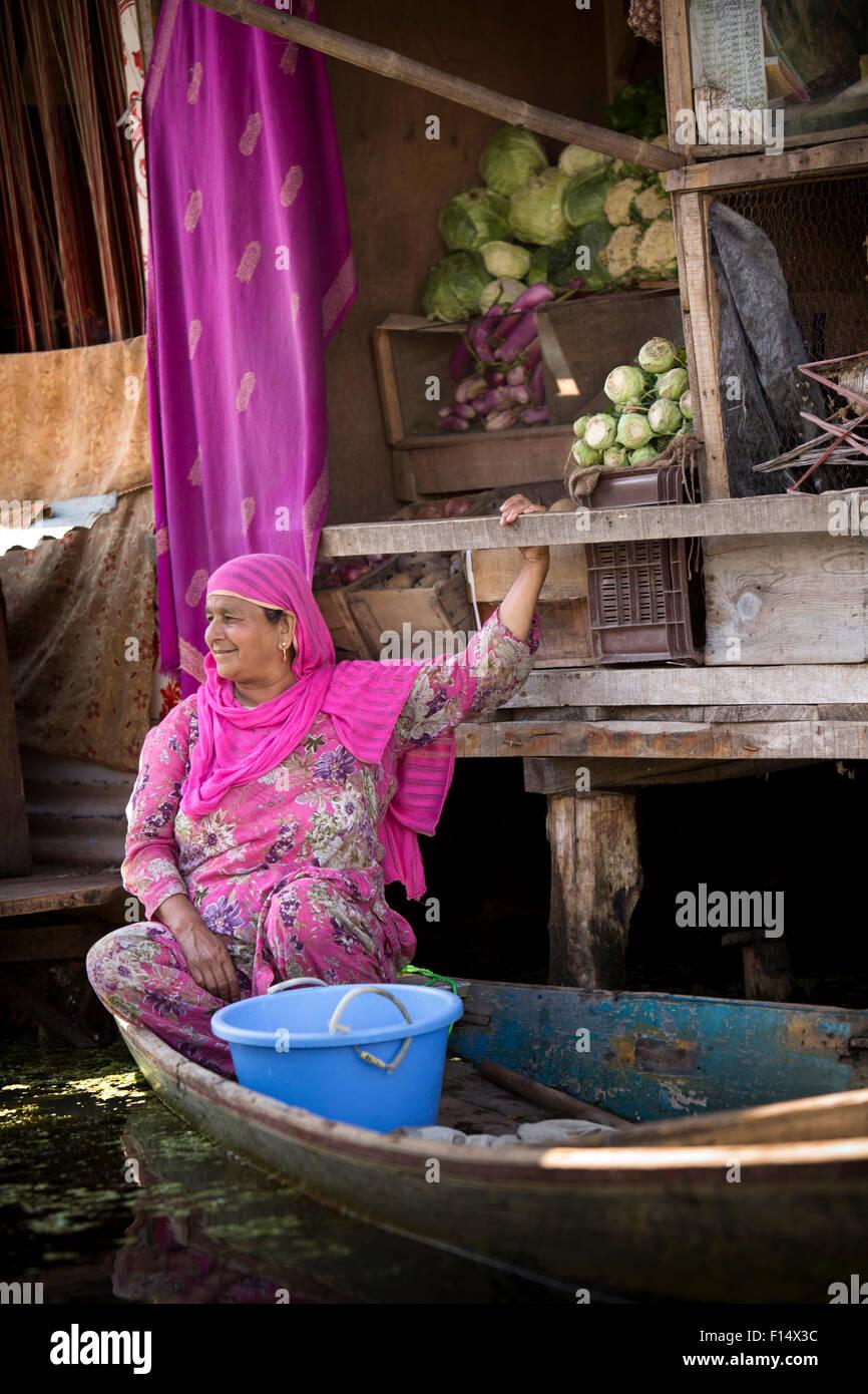India, Jammu & Kashmir, Srinagar, Dal Lake, floating village, Kashmiri woman at vegetable stall - Stock Image