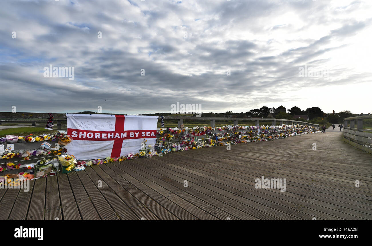 Shoreham, Sussex, UK. 28th August, 2015. Thousands of floral tributes and messages line the old toll bridge crossing - Stock Image
