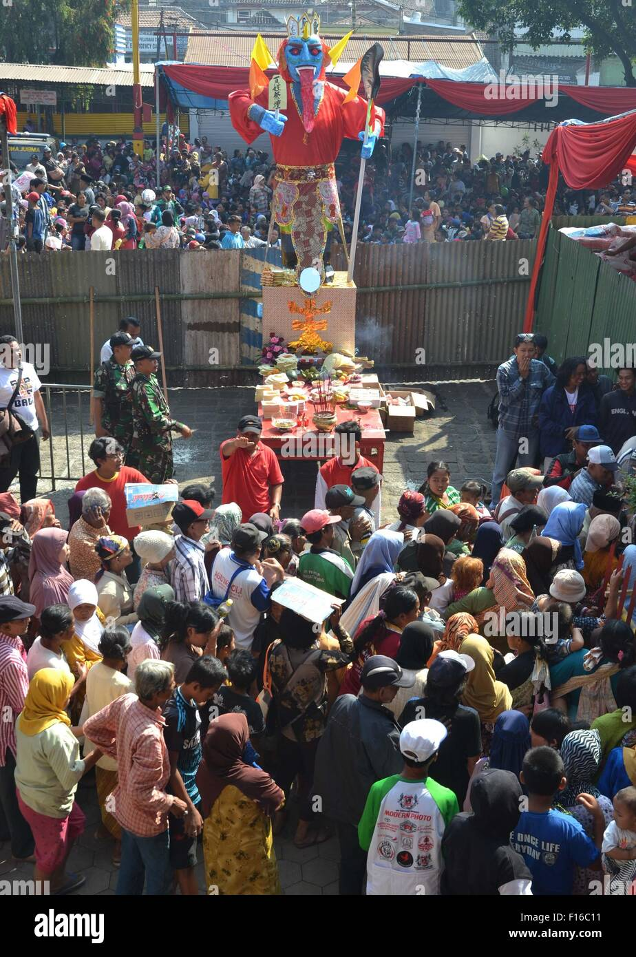 Malang, Indonesia. 28th Aug, 2015. People queue up to get foodstuff during the Hungry Ghost Festival almsgiving Stock Photo