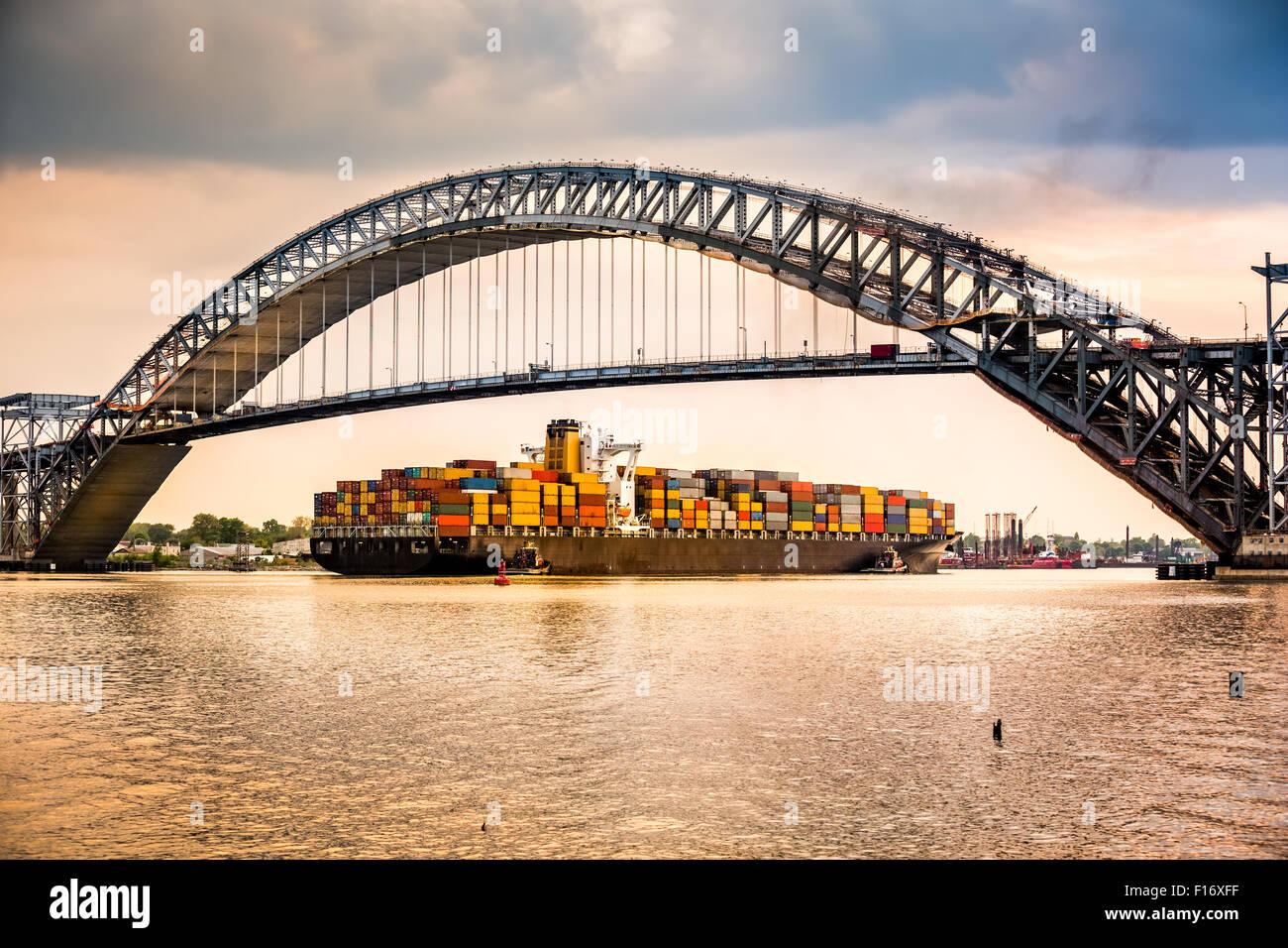Large container ship passes under Bayonne Bridge, NJ en route towards Newark Harbour - Stock Image