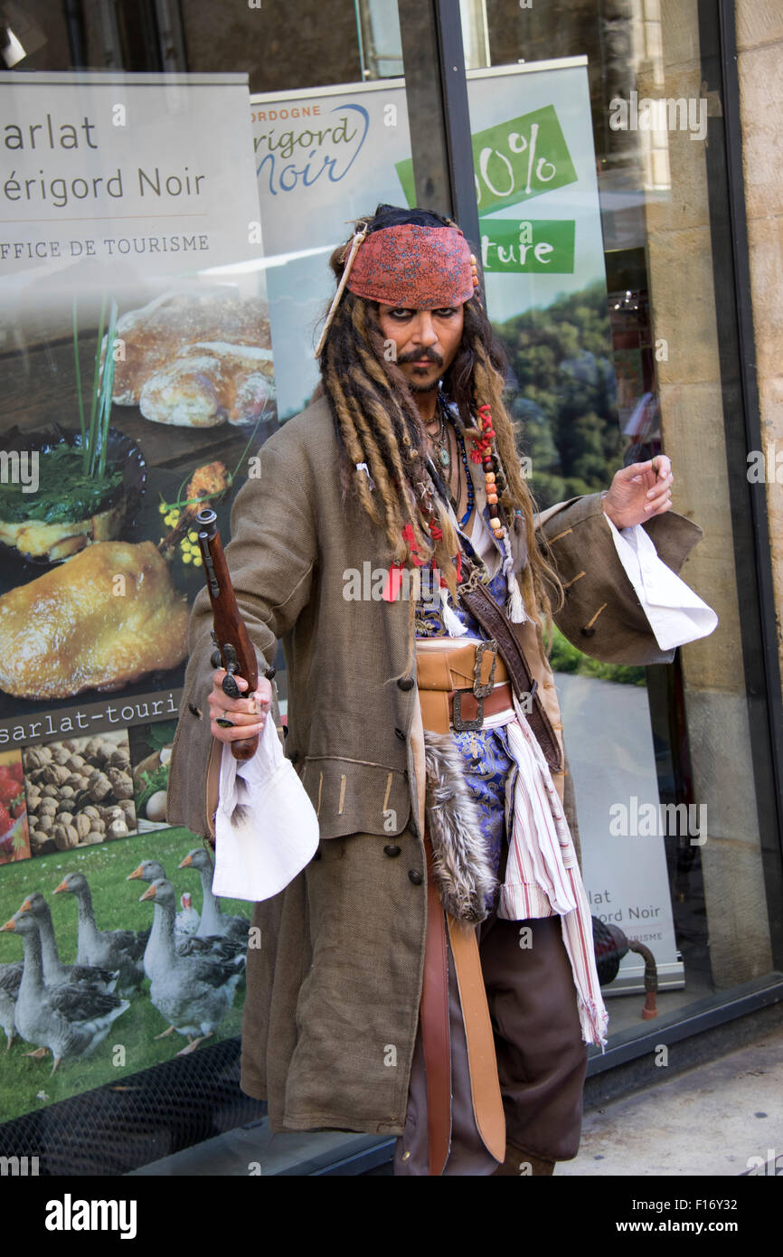 A Johnny Depp look alike entertaining tourists in Liberty Square in Sarlat, Aquitaine - Stock Image