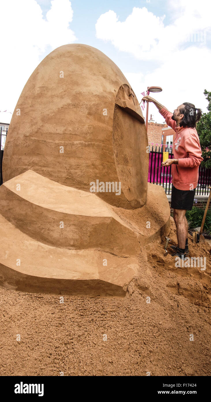 Leicester, England, 28 August 2015.This sand sulpture shows Radek Zivny (Czech Republic) working on the rear of - Stock Image