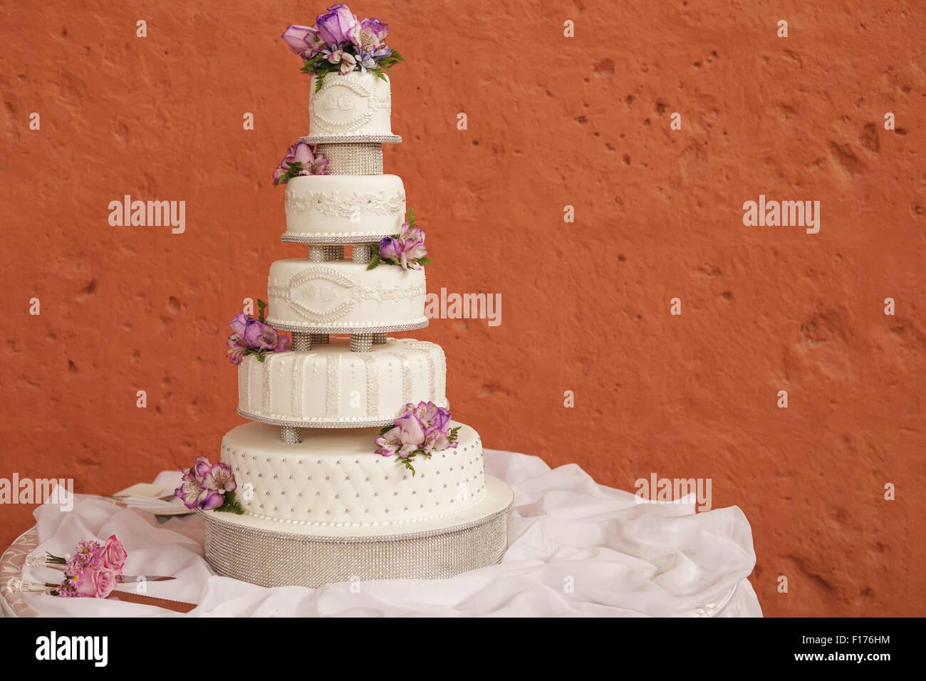 White wedding cake decorated with flowers - Stock Image