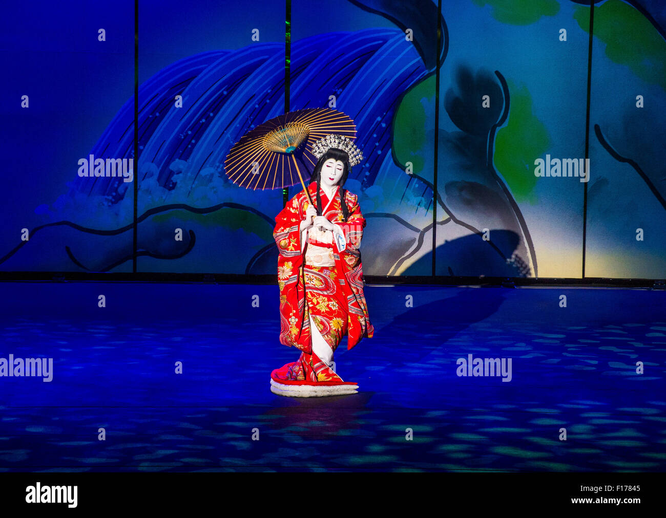 Traditional Japanese Kabuki performance in front of the Bellagio hotel and casino fountains in Las Vegas - Stock Image