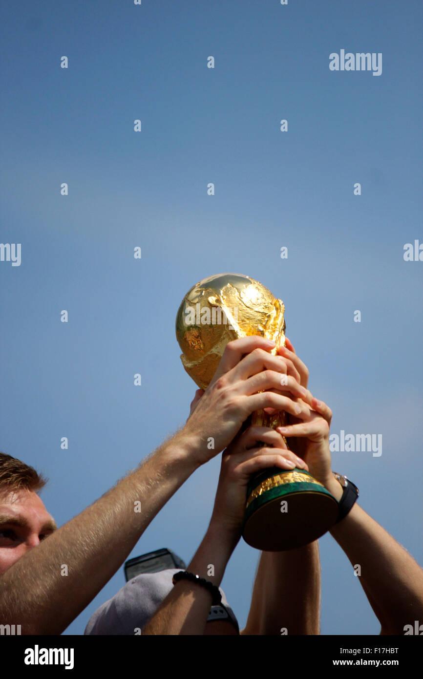 der FIFA WM Pokal - Fahrt der dt. Fussball Nationalmannschaft in einem offenen Bus zur Fanmeile - Empfang der dt. - Stock Image