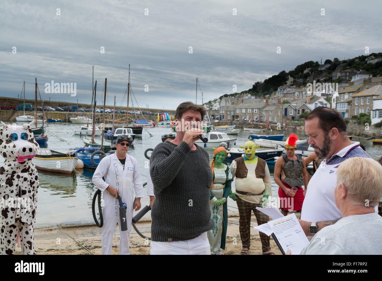 Mousehole, Cornwall, UK. 29th August 2015. Celebrity TV presenter Nick Knowles judging the best dressed crew for - Stock Image