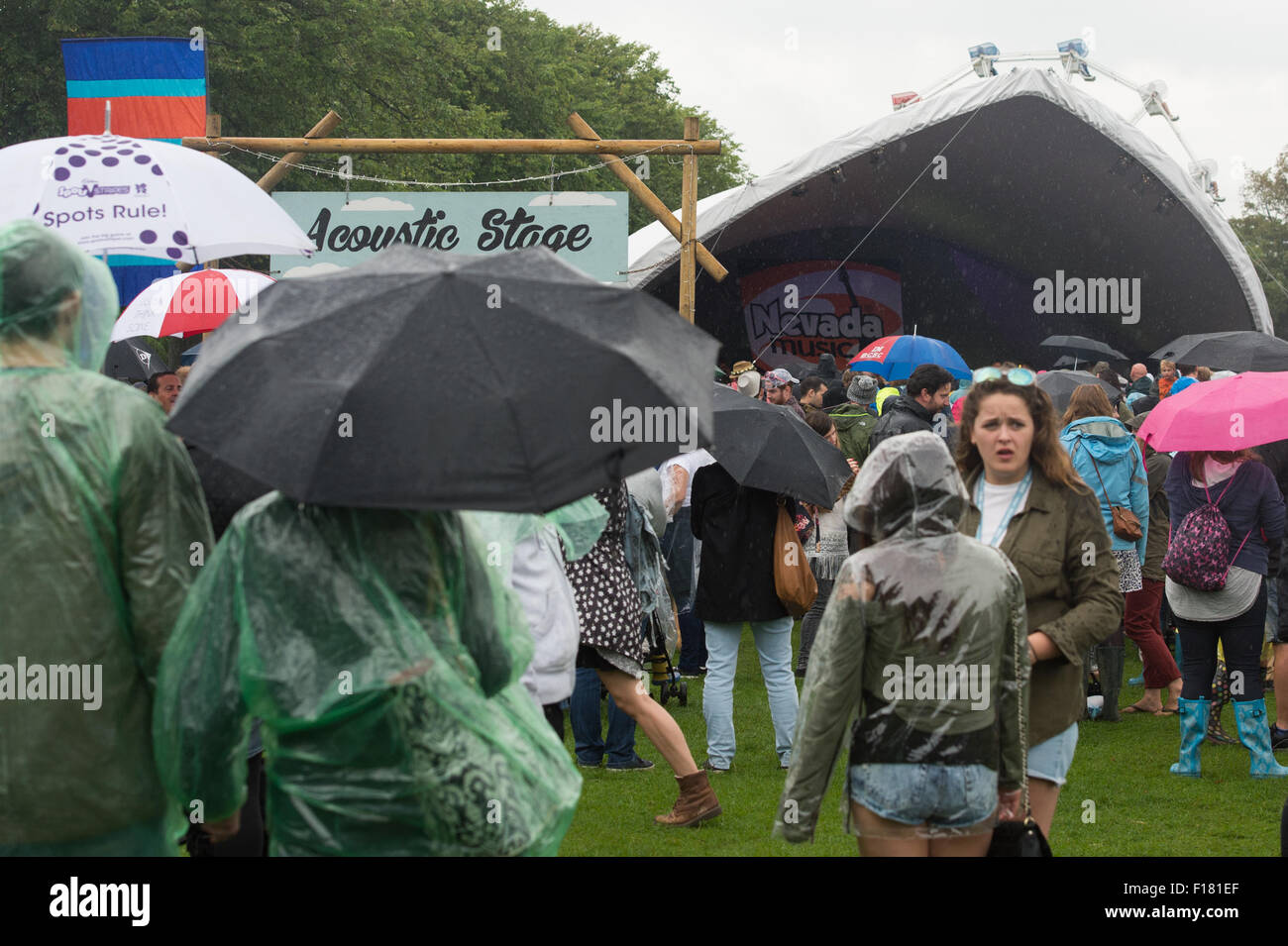 Portsmouth, UK. 29th August 2015. Victorious Festival - Saturday. A good crowd gathers at the Acoustic Stage complete - Stock Image
