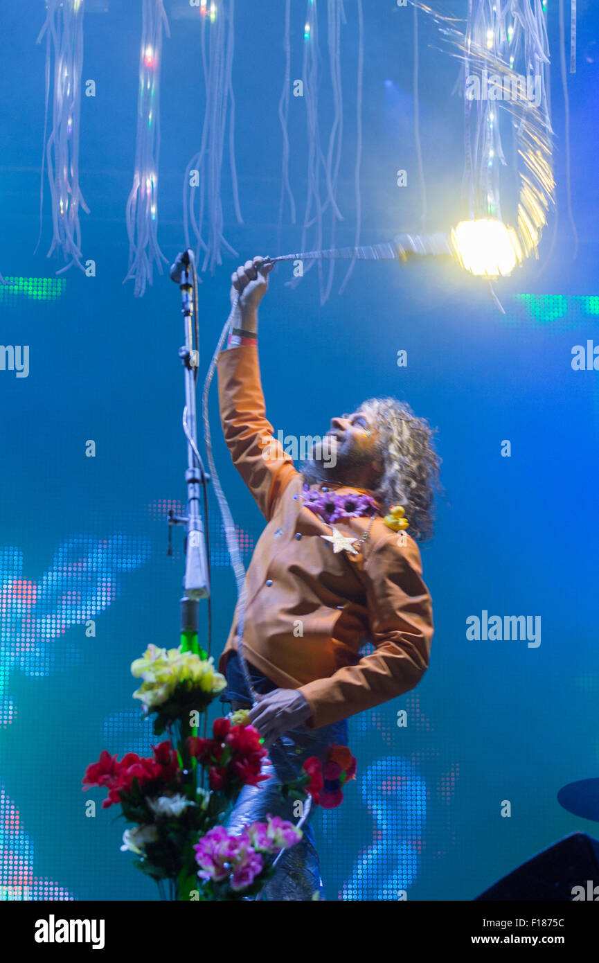 Portsmouth, UK. 29th August 2015. Victorious Festival - Saturday. Wayne Coyne of the Flaming Lips swings a light Stock Photo