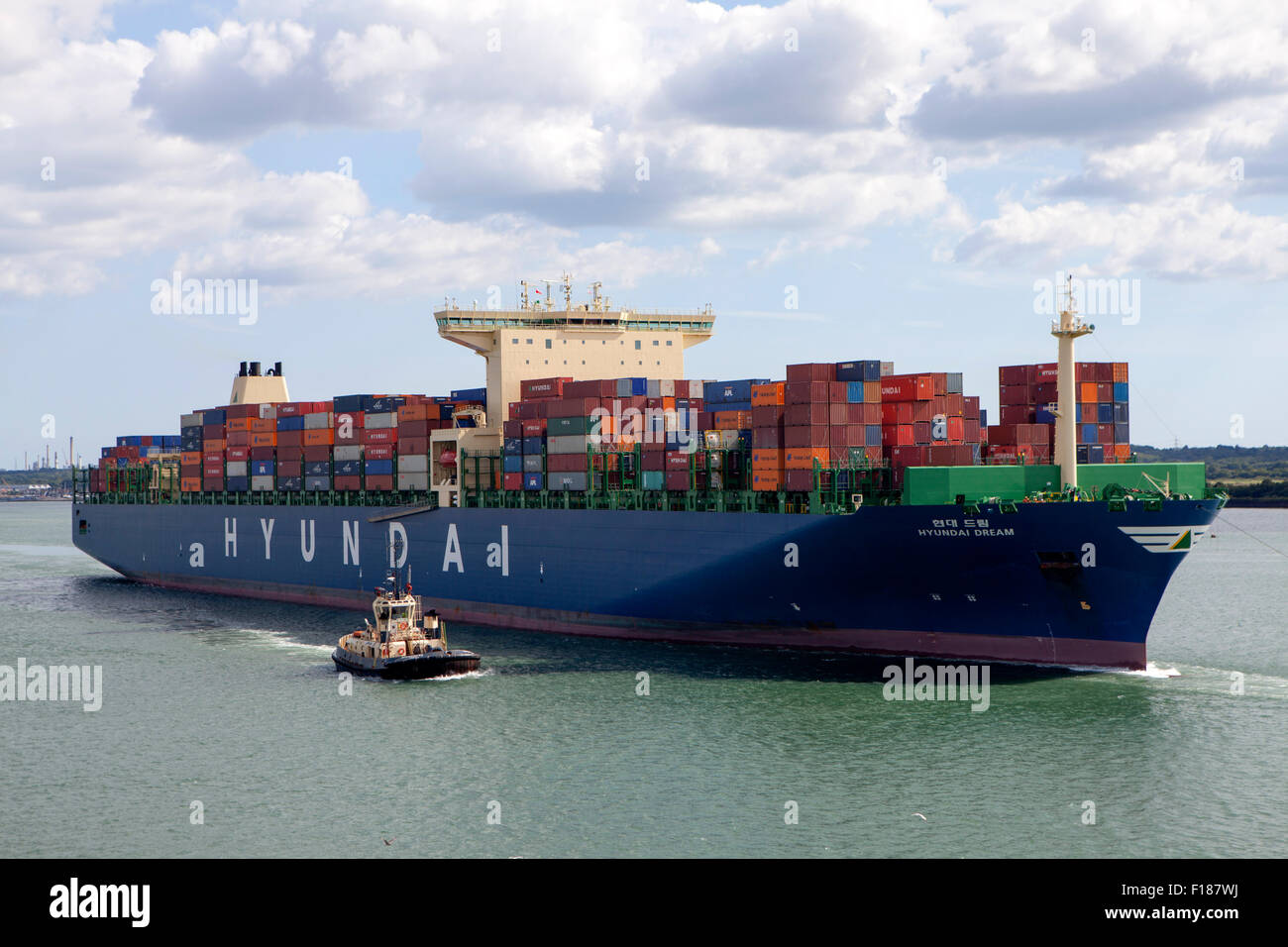 hyundai-dream-container-ship-carrying-freight-imo-9637222-entering-F187WJ.jpg