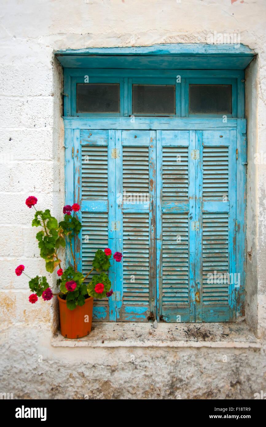 Griechenland, Kykladen, Naxos, Chalki, Fenster in der historischen Altstadt - Stock Image