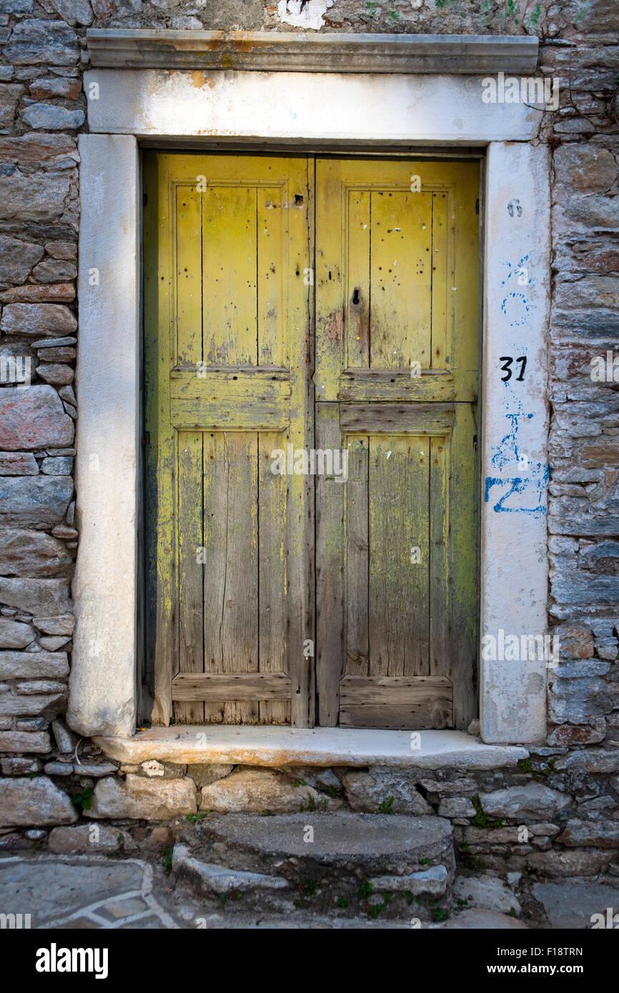 Griechenland, Kykladen, Naxos, Chalki, Türe in der historischen Altstadt - Stock Image