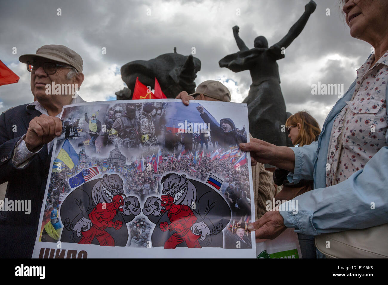 Moscow, Russia. 30th Aug, 2015. Activists hold a banner against the conflict in Ukraine during a rally against the - Stock Image