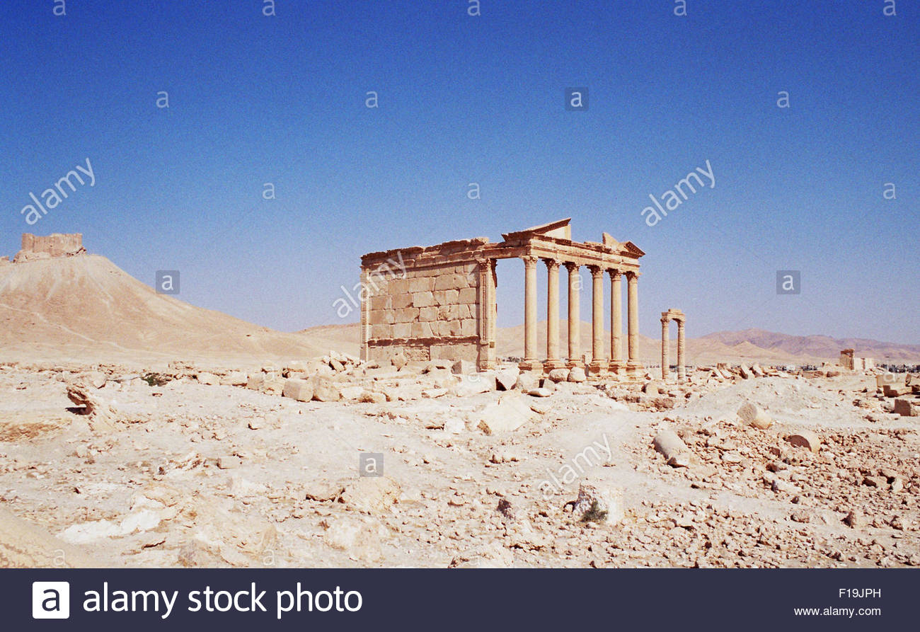 Palmyra, Syria. 24th Oct, 2004. The ruins at the ancient Roman city of Palmyra, with Fakhr-al-Din al-Maani Castle - Stock Image