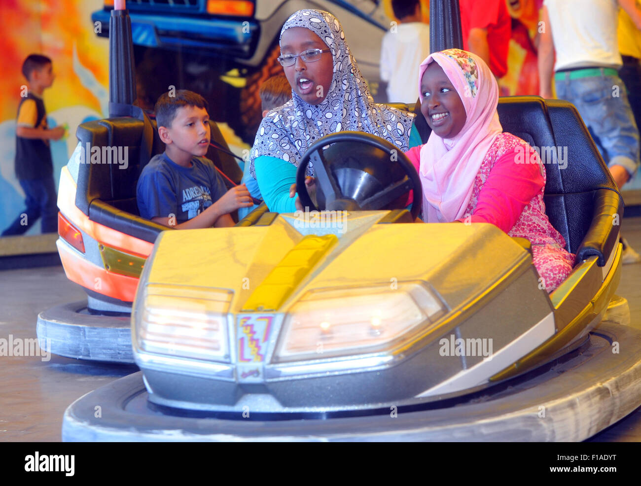 Refugee children play at a funfair in Augsburg, Germany, 31 August 2015. The volunteer aid group 'Uebergepaeck - Stock Image