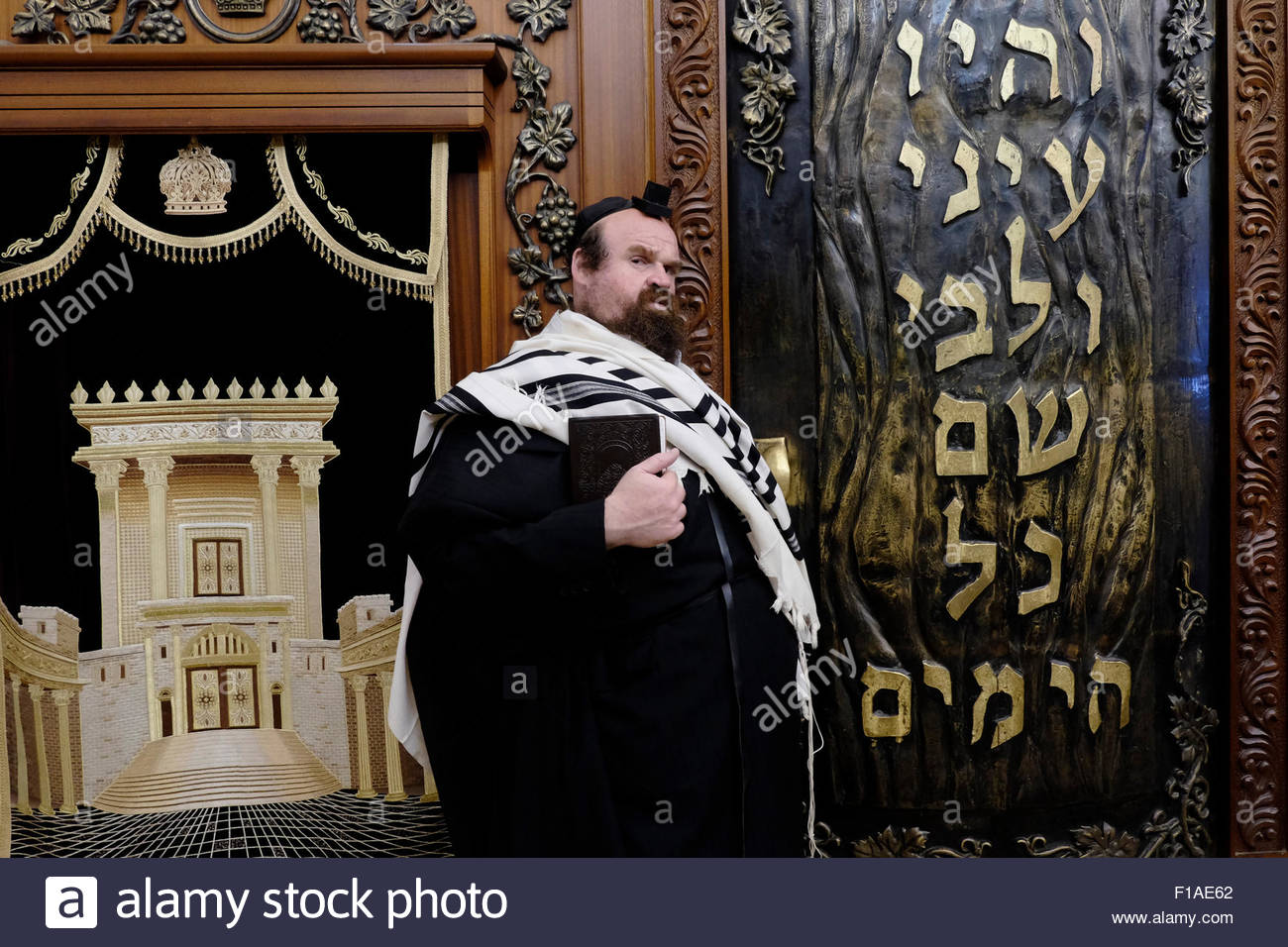Orthodox Jewish man wrapped with a tfilin and talit prayer shawl at the  men's section of Wilson's Arch - Stock Image